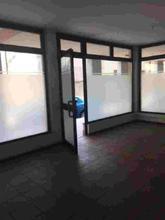 Alzano L.do, centro paese, vendiamo negozio/ufficio di mq. 60 circa termo autonomo, con 3 vetrine, antibagno e bagno. in Vendita