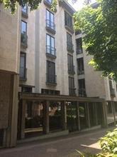 Bergamo, zona poste centrali, affittiamo con contratto coworking o diverso, in ufficio di 200 mq composto da spazi comuni (ingresso-corridoi -due bagni-cucina-sala riunioni) tre stanze occupate da uffici legali e commerciali e tre a disposizione di circa in Coworking